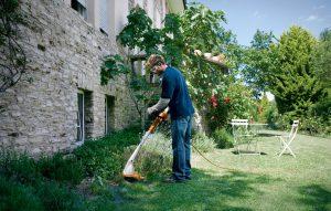 Mit Stihl Garten und Pflanzen freischneiden.