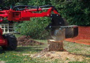 Der Gianni Ferrari Turboloader von Radlmaier schneidet Holz.